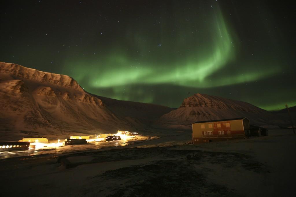 Snowmobile daytrips in Longyearbyen, Spitsbergen, Svalbard. Experience Polar bears, northern light, aurora borialis, midnight sun