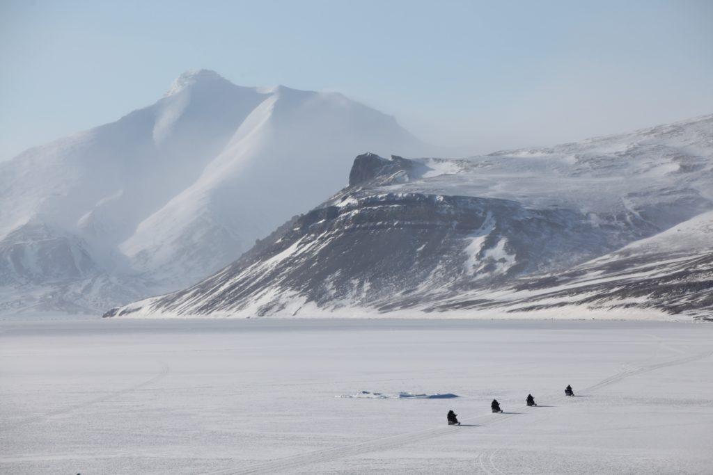 Snøskutere som krysser Billefjorden